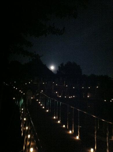 ロウソクの灯篭と満月