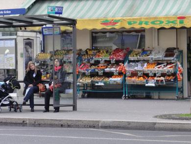 パリのバス停前の果物屋さん