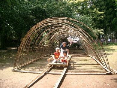 2008年8月制作 「とうりゃんせ」 竹のトンネルの長さ12mほど 中を竹のトロッコで移動できる(子ども用) 川越のあるってアート2008