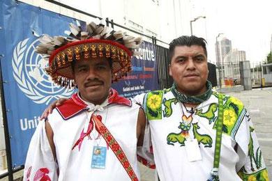 Felipe Serio Chino y Santos de la Cruz Carrillo, con vestimenta huichol, durante el viaje a Nueva York para pedir que la ONU se manifieste en contra de las concesiones y de las violaciones a los derechos humanos por parte del ... Foto Elizabeth Coll.
