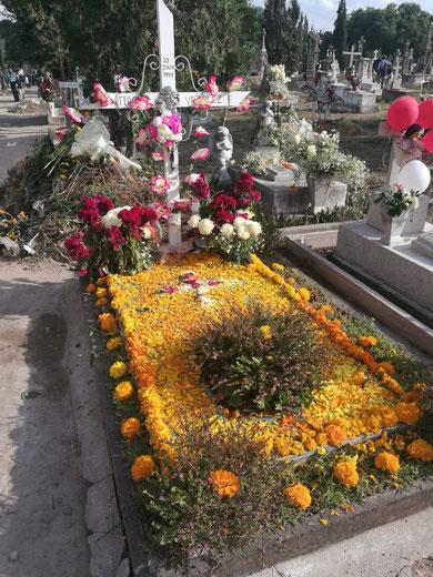 Grab geschmückt mit Cempasúchil Blumen.