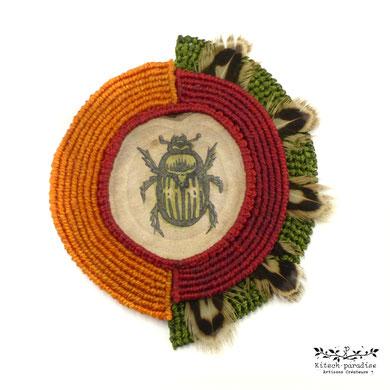 médaillon linogravure collection macramé bijoux broche scarabé bois nature