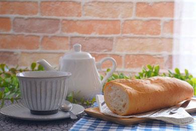 いちごのホールケーキを調理中。ホイップクリームをスポンジに塗って土台づくり。