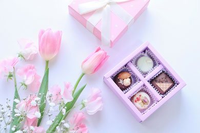アソートチョコレートのプチギフト。ピンクのチューリップ、スイトピー、カスミソウのブーケ。