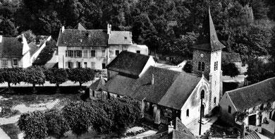La maison seigneuriale vers 1950 (la tourelle de gauche a disparu); la maison en cours de destruction est d'une construction plus tardive..