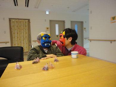 あれま!!!利用者様まで鬼に!!?           (^^)仲良く何か相談する青鬼さんと赤鬼さんです。