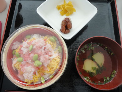 メニューはかに寿司弁当にお吸い物、金時豆、漬物です