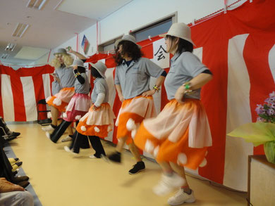 こちらは職員によるコサックダンス♪息の合ったダンスに利用者様から拍手喝采!