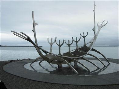 Skulptur am Strand von Reykjavik