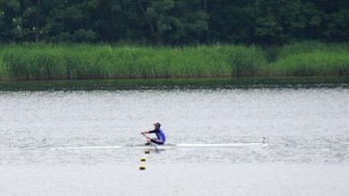 600m付近を力漕する小林選手