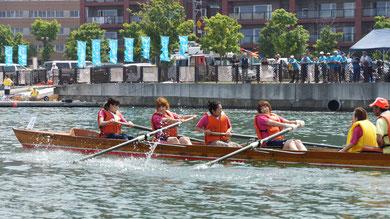 一般市民女子決勝でゴール直前を力漕する『レガール』
