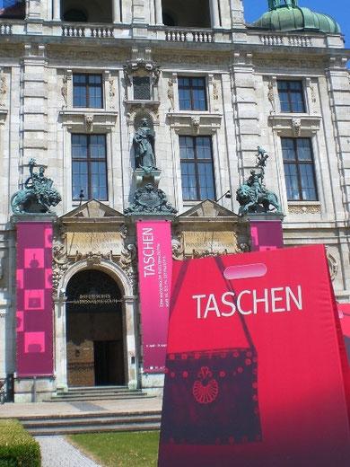 絶大な宣伝効果!バイエルン国立博物館の前には巨大3Dバッグが!