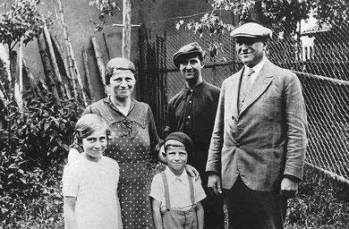 Familie Strauß (ohne Herta) 1936 im Hausgarten