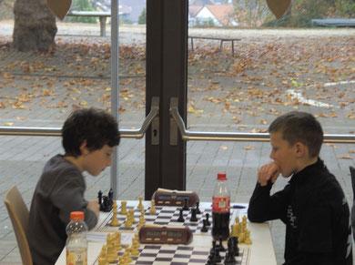 Joel Sexauer gegen Jonas Bachmann am Spitzenbrett der U12.