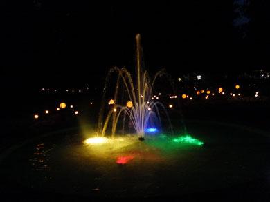 beleuchteter Springbrunnen im Kurgarten.