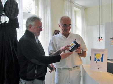 LF Thomas Elsemann bei der Übergabe einer Zahngold-Sammelbox
