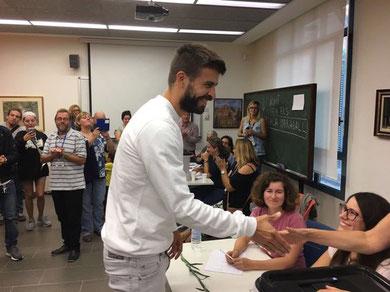Der Fußballer Piqué stimmt beim Referendum O-1 in einem Stimmlokal in Barcelona ab ( Bild: efe)