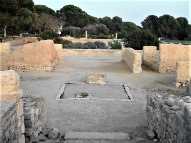 """Das ausgegrabenen """"Domus"""" (Haus) 2 in der römischen Stadt mit Atrium vorne,  Zisterne in der Mitte  und Peristylgarten hinten"""