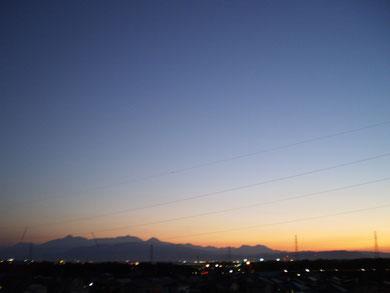 屋上から宵の空と頸城三山(妙高~火打~焼山)を望む