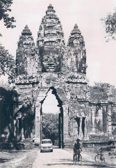 Puerta de la ciudad sagrada de Angkor Thom. Año 1967