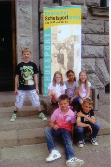 Foto: die Breckenheimer Kinder vor dem Alten Stadthaus