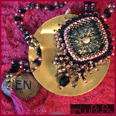 Handgefertigtes perlenbesticktes Collier aus rosafarbenen und schwarzen Glasperlen, mit einem handgefertigten viereckigen schwarz-goldenen Cabochon aus Zement