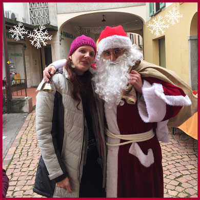 Triulala in compagnia di Babbo Natale sotto i portici di Ponte Tresa (CH)
