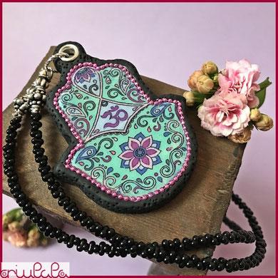 """Anhänger """"LuckyHand"""" aus schwarzer Modelliermasse, Hand von Fatima, mit Blumenverzierung und Symbol """"OM"""""""