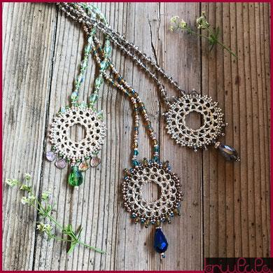 Tre collane con pendente metallico in filigrana, con perline e goccia in vetro sfaccettato
