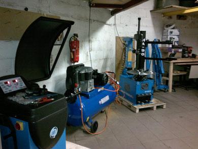 Reifenmontiermaschine mit Hilfsarm, Wuchtmaschine, Kompressor