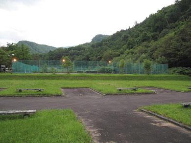 2009年8月 オートサイト 各サイトに電源・炊事場はありません 隣はテニスコート