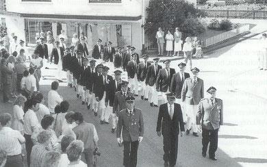 Die Schützenbrüder aus Oberveischede im Festzug