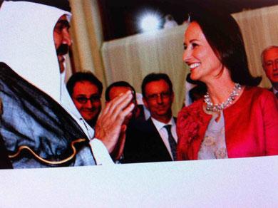 Hamad Bin Khalifa Al-Thani  et Ségolène Royal lors d'un forum  «Démocratie, Développement et libre échange» à Doha, en avril 2008. REUTERS Un pays pas fréquentable, mais très fréquenté par les politiques français