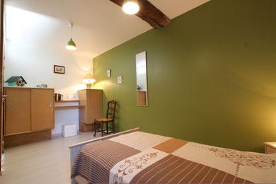 Bureau ,meubles de rangement adaptés;