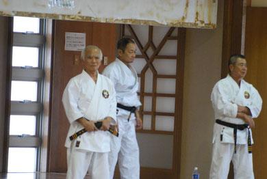 Aufnahme von Arakagi Sensei (links), Nagamine Takayoshi Soke (mitte) und Taira Sensei (rechts) aus dem Jahr 2010, gemacht im Budokan/Okinawa
