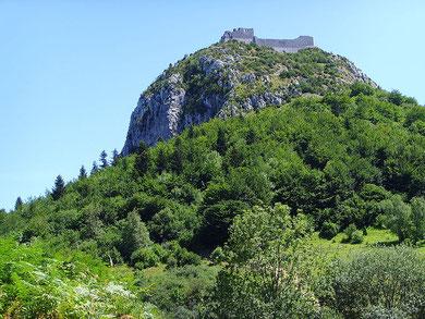 Vista suggestiva dell'antica roccaforte di Montsegur oggetto degli scavi e ricerche di truppe delle SS