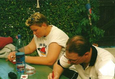 Hier notieren Manuela Brüger und Frank Quandt die Trainingserfahrungen