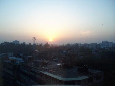 Sonnenaufgang über Dehli, erster Blick auf die Stadt