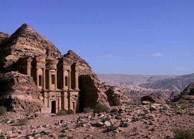 Al Dayr, erreichbar über viele hundert Stufen, liegt hoch über der Stadt Petra