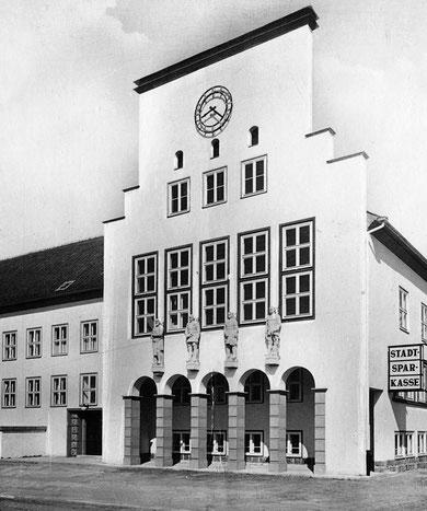 Здание довоенной ратуши.( Найденный рыцарь крайний слева )