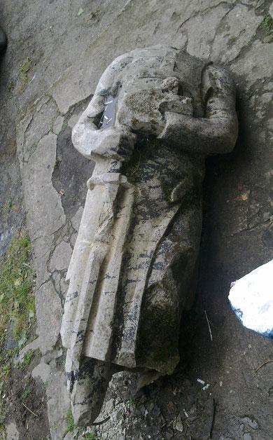 орденский рыцарь в правой руке держит меч, в левой библию, на груди изображение  креста.