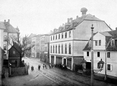 """Blick auf den Kirchplatz in Bockenheim mit dem Storchennest auf dem """"Gasthaus zum Schwan"""" *"""