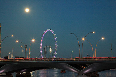 Singapore Flyer bei Vollmond