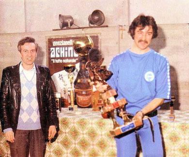 Bruno riceve il trofeo della Squadra Prima classificata al torneo di Ceva nel 1982 dalle mani del presidente Regis