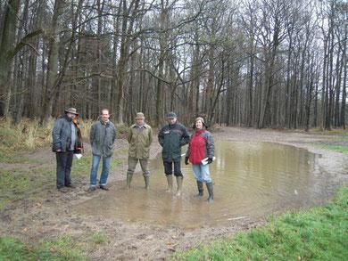 Einige der Beteiligten, die zum Erfolg des Projektes beitrugen: (v. l. n. r.) Dr. Björn Rickert (NABU-Gruppe Neumünster e.V.), Udo Schiffer (LLUR), Hans-Jochen Lorenzen (Landwirt), Thomas Jacobi (SHLF) und Ute Mäurer (UNB Kreis Plön). Foto: Dreessen