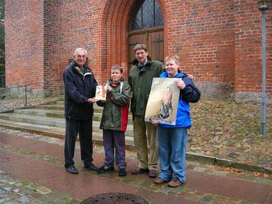 (Von links) Peter Hildebrandt vom NABU Neumünster, Lukas Reisenauer, Thomas Engel - Pastor der Klosterkirche Bordesholm und Jöns Osbahr
