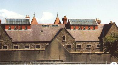 Séjours dans les prisons de la Reine après un burn sur la moquette d'une boîte de nuit à l'île de Man