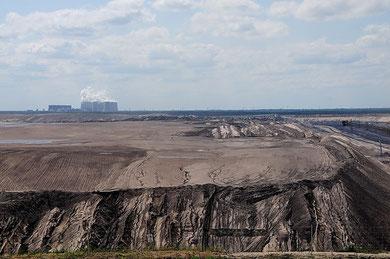Im Hintergrund das Kraftwerk Jänschwalde