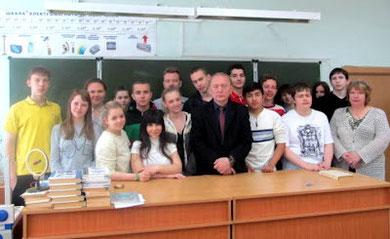 Ведущий антинаркотической акции Москва против наркотиков председатель НСНБР А.Г.Огнивцев (в центре) и участники акции Школы Коптево против наркотиков 2012