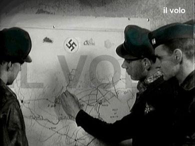 """Aviatori americani pianificano le incursioni sulla linea del Brennero. Dal documentario """"La battaglia del Brennero"""" di Mauro Vittorio Quattrina"""